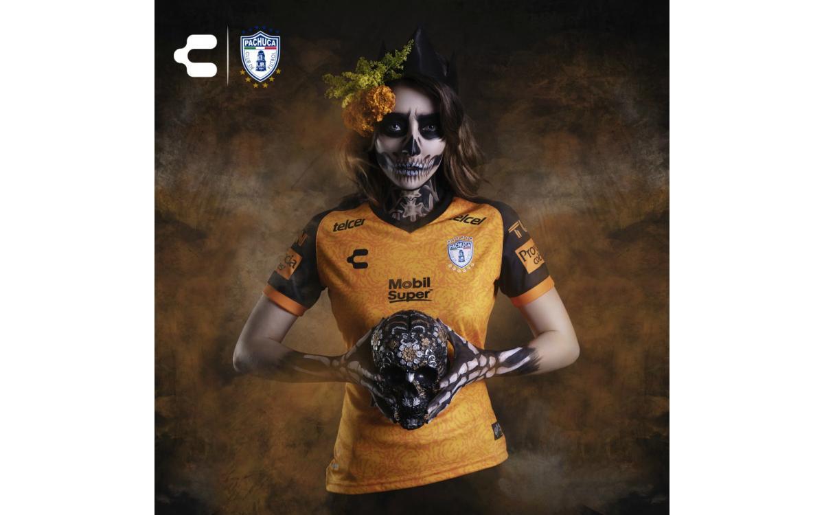 La flor de cempasúchil engalana el jersey del Día de los Muertos del Pachuca